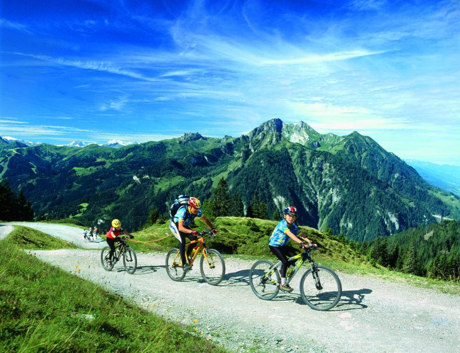 Mountainbiker auf Tour - Pause beim Brunnen